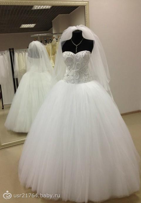 Свадебное платье пышное на манекене
