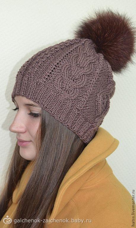 Теплая вязаная шапочка с меховым помпоном и короткая пелерина с узором из кос. схема узора с оленями