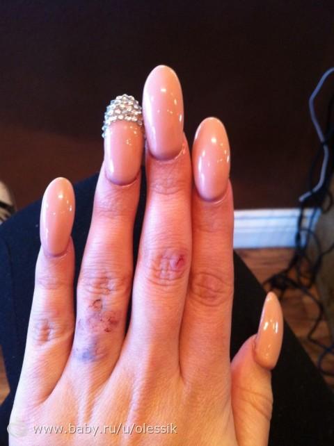 Шеллак на миндалевидных ногтях