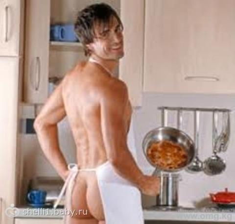 Сексуальный парень на кухне