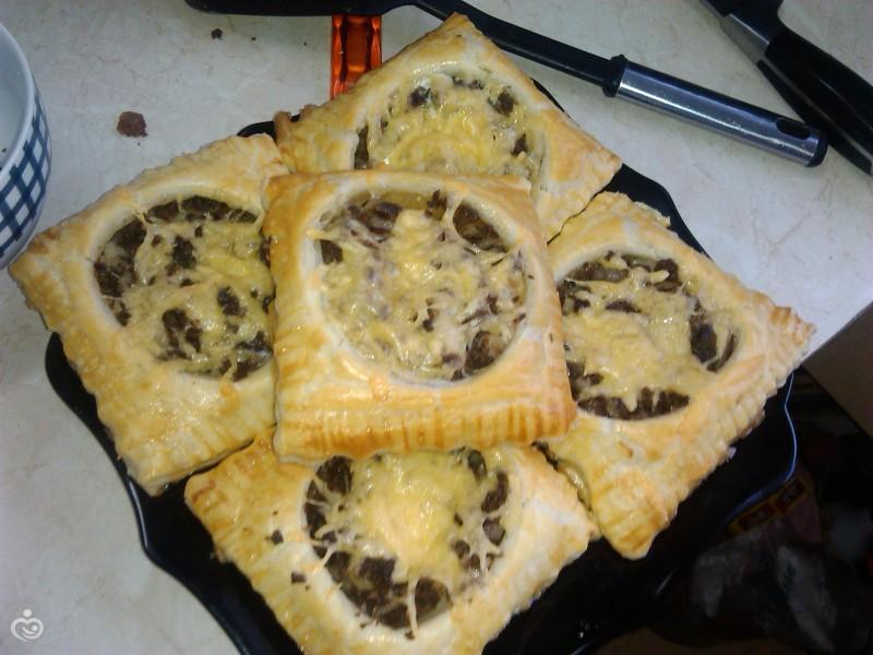 Тарты из слоеного теста с мясом и сыром