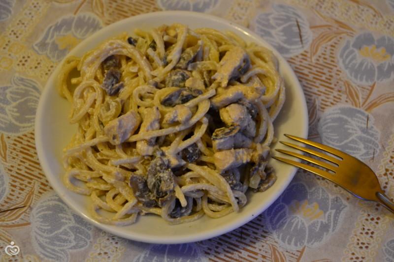 Спагетти с куриным филе и шампиньонами в сливках
