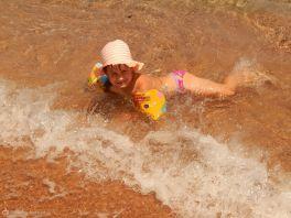 Чтобы не болеть, я дружу с солнышком и морской водичкой!)